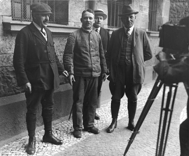 Fritz Haarmann with detectives, November 1924